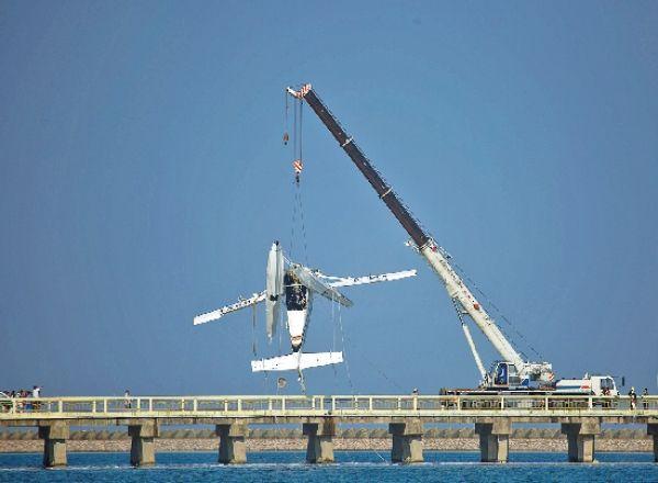 上海金山水上飞机撞桥5死5伤  谁来负责?