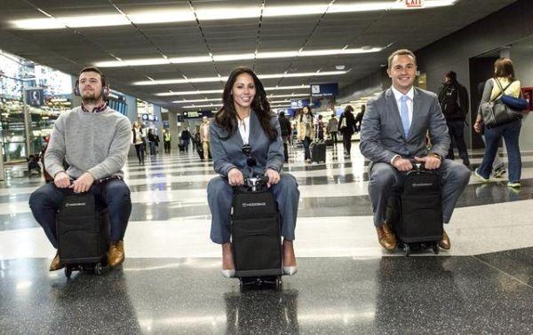 不怕赶不上飞机了!骑着行李在机场奔起来
