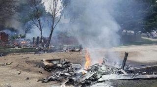 惊险!小型飞机坠毁居民区 附近房屋燃起大火