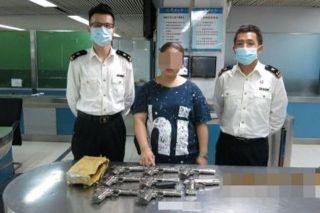 港籍女子身背8把枪从深圳入境被截