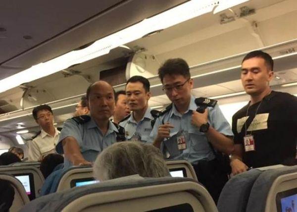 中国旅客在机舱用饮料泼向空姐被拘捕