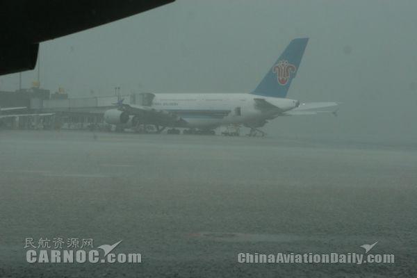 成都又下雨了,双流机场130多架航班延误