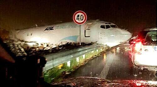 """一周不安全事件:737冲上公路欲""""热吻""""汽车"""