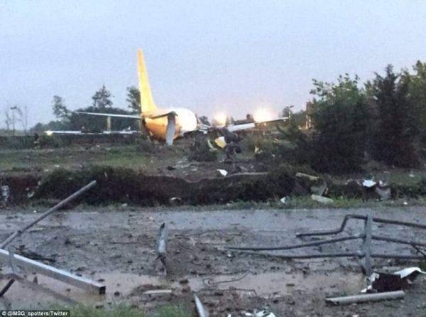 DHL货机降落时失控冲上公路 飞机受损严重
