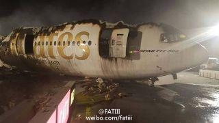 北京时间8月3日下午4时许,阿联酋航空公司EK521次波音-777飞机在迪拜机场着陆时发生事故,起落架没有及时打开,导致飞机机腹着陆起火,共致13人受伤,1位消防员殉职。
