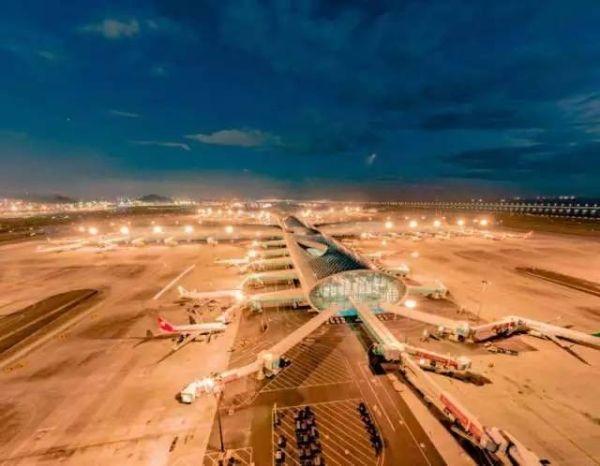记者7日从深圳机场获悉,来自美国波音、霍尼韦尔公司的GBAS专业团队,日前受邀在深圳机场开展了GBAS航行新技术专题讲座。记者了解到,GBAS航行新技术是一套由卫星信号引导的飞机着陆系统,比目前使用的陆基导航系统更为先进。中南地区管理局将以深圳机场作为GBAS试点,积极推进航行新技术的应用,有效缓解珠三角空域资源的紧张,提高飞行和管制的灵活性,从而提升机场流量。   《广州日报》报道,记者了解到,近年来,深圳机场航空主业虽然持续增长,但由于长期以来珠三角空域资源较为紧张,尤其是深圳机场南侧空域距