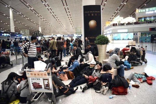 同样航延:国人自带睡袋,国外帮你升头等舱...