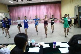 某所大学空乘专业复试现场,女孩们在进行才艺表演。跳舞也成为空姐选拔的条件,过分严苛。