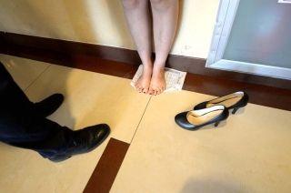 一位脱了鞋量身高的姑娘。