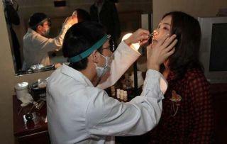 面试的姑娘正在进行鼻腔的检查。