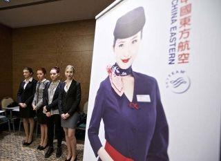东方航空招聘外籍空姐的现场。外国姑娘们长得都很普通,而且年龄很大。