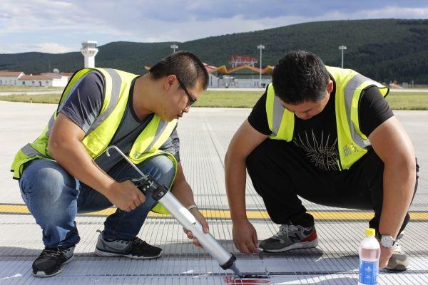 保障旺季生产 阿尔山机场开展道面定期检查工作