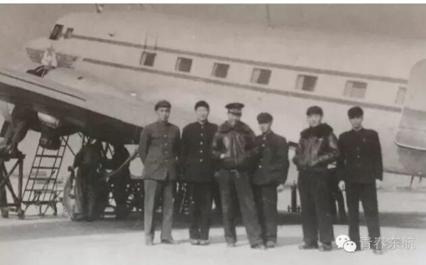 1957年2月7日,民航上海管理处新辟上海-兰州航线。在上海龙华机场起飞前机组人员的合影