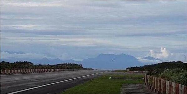 心酸!小飞机爆胎占唯一跑道 机场被迫全天关闭