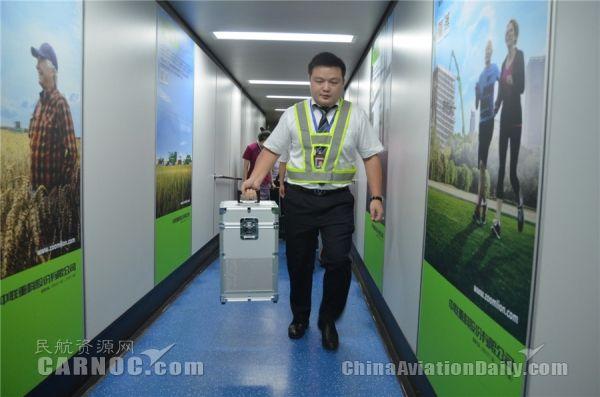 凌晨2点,中国民航首例跨境活体运输干细胞抵湘