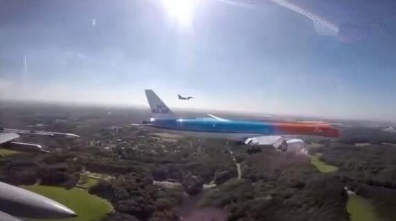 荷航橙色彩绘777接奥运健儿回家 两架F16护航