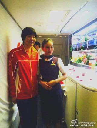 Air China flight attendants took a picture with Lang Ping . Photo by Air China