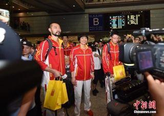 中国女排抵达首都机场 接机球迷现场沸腾