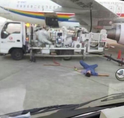让人心疼,双流机场一加油师傅热晕在机坪