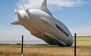 """8月24日上午11点,全球最大飞行器Airlander10(昵称""""飞天屁股"""")在英国卡丁顿机场第二次试飞时撞上电线杆而坠地,驾驶舱遭损坏。因为""""飞天屁股""""实在是太大了,所以坠落的过程十分缓慢,如同在播放慢动作,媒体笑称为史上最慢的坠机。"""