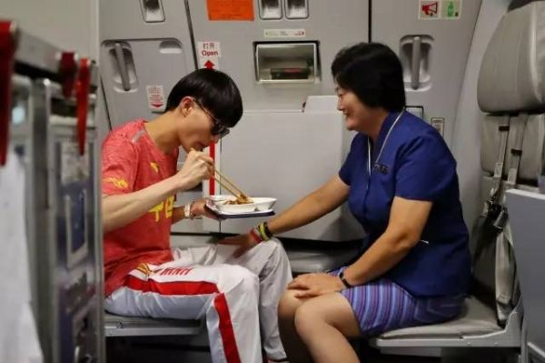 奥运射击选手回家,坐的正是妈妈的航班