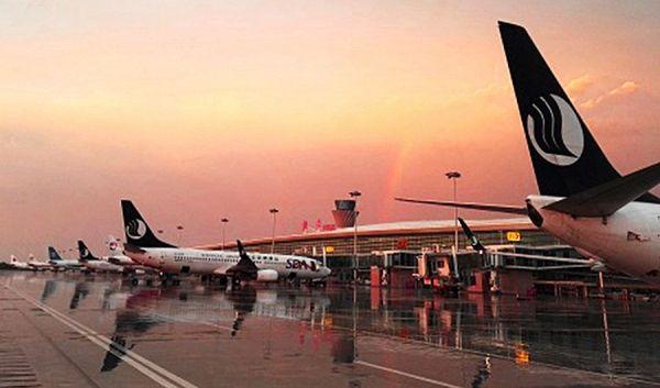 机坪,候机楼,塔台,飞机还有彩虹