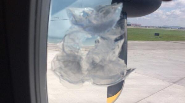 惊险一幕 2万尺高空机舱窗户被砸出大洞