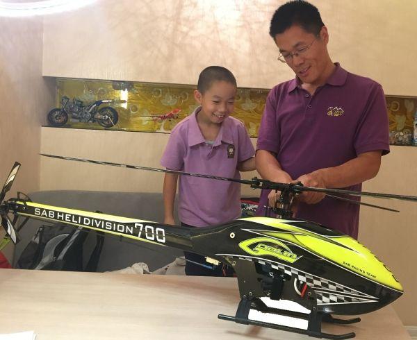 哈工程讲师杨传雷和儿子共同发烧直升机航模
