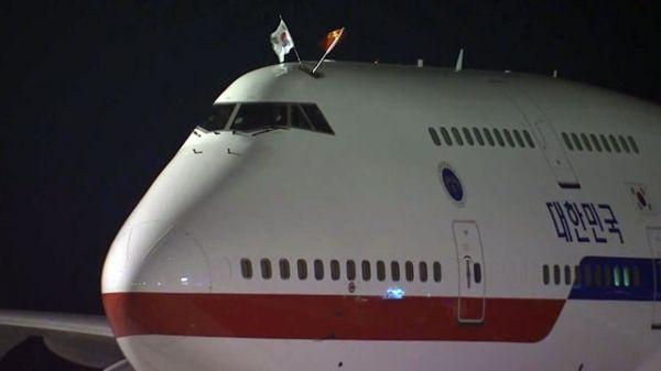 萌萌哒!韩总统专机头顶中韩国旗 如长一对耳朵