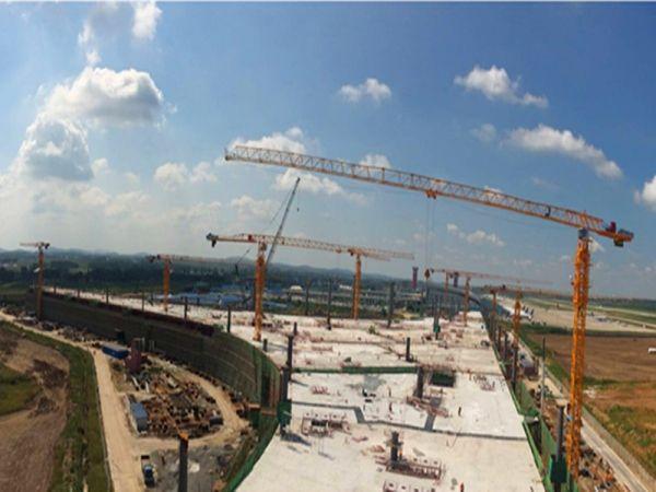 民航资源网2016年9月5日消息:8月31日,长春机场二期扩建工程指挥部与中建八局举行二号航站楼(T2)主体混凝土结构封顶仪式并召开会议。该工程历时4个月时间,较原计划提前15天完成任务,为T2后续十八项专项工程顺利展开奠定了坚实基础,同时也为二期扩建飞行区土石方工程施工提供了施工作业面,保证了扩建工程全面有序的推进。   会上,吉林机场集团副总经理、长春机场二期扩建工程指挥部指挥长王政在听取施工单位汇报后,对参建单位的辛勤工作表示慰问并发表讲话。他指出,按照省、市各级政府加快推进东北门户建设的总体要