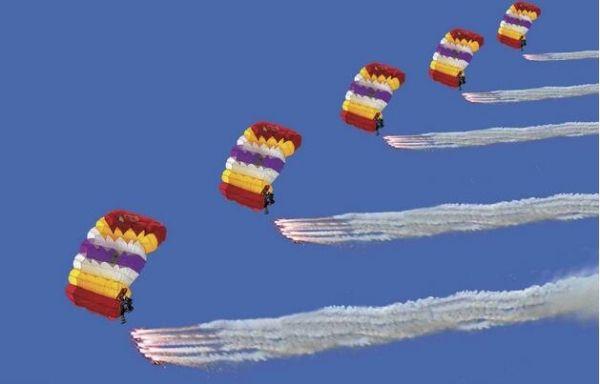 北京通航与国家跳伞队签约 联姻体育促产业发展