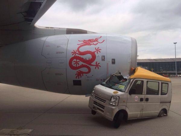【視頻】泰山壓頂!港龍客機發動機被工程車撞上
