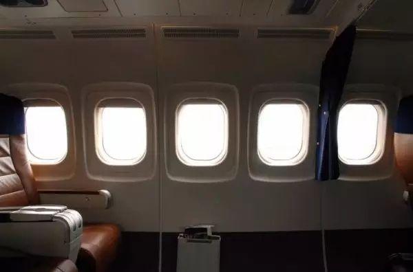 飞机上的窗户为什么都那么小?