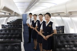 All waiters and waitresses wear stewardess uniforms to make guests feel on board. [Photo/qq.com]