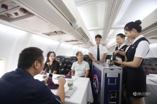 A waiter and waitresses in uniform are serving their guests. [Photo/qq.com]