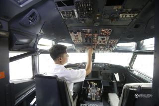 Guests can also experience the feel of flying a plane in the cockpit. [Photo/qq.com]