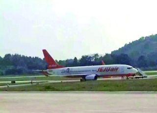 遵义机场一航班滑进草坪被困 多趟航班受影响
