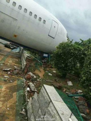 """9月15日,台风莫兰蒂登陆厦门,疾风暴雨过后,厦门机场、厦航机库和厦门太古受损严重,一架767也被风吹动,机身受损。图片来源""""@FATIII"""""""