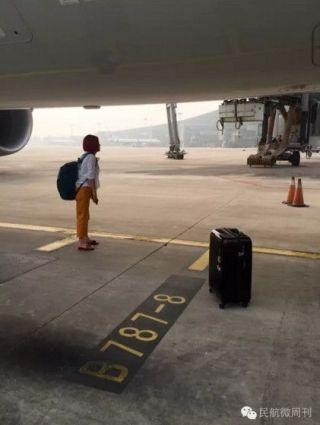 9月14日上午,从首都机场飞往上海虹桥机场的CA1519次航班比计划时间耽误了20分钟才起飞。一对夫妻因为误机在航班登机时间截止后闯入了机场控制区,在飞机前试图阻拦飞机出港,欲逼迫机场开舱门。航空公司和机场相关负责人到场劝说无果,最终二人被机场人员控制。