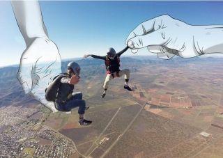 """创意无限!高空跳伞偶遇""""神来之手"""""""