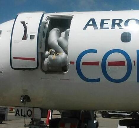 看着好憋屈!墨西哥客机舱内释放滑梯