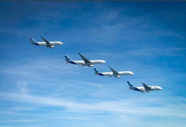 全家出动!A320neo A330 A350 A380编队飞行