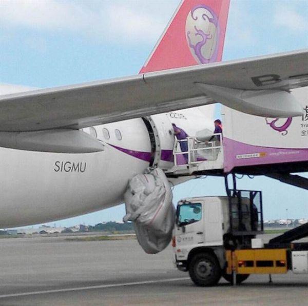 复兴航空一客机紧急逃生滑梯突然爆开弹出