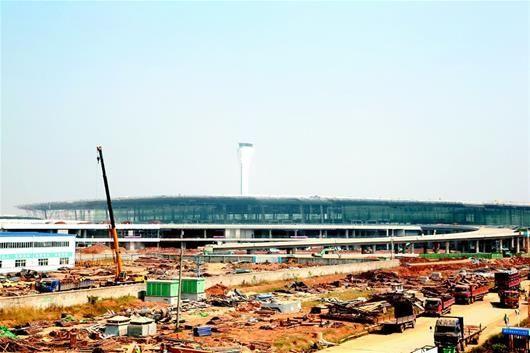 历经3年建设,武汉天河国际机场T3航站楼主楼主体结构昨日正式封顶。   施工方中建三局介绍,T3航站楼建筑面积49.5万平方米,是T2航站楼的3倍多,由航站楼主楼,东一、东二、西一、西二等4个指廊、T2至T3连廊及东西连廊组成。第一层为行李分拣大厅,第二层为到达大厅,第三层为出发大厅。   目前,T3航站楼主体结构已完成九成,整个工程计划今年底完工试运行。