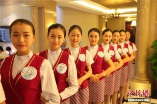 A number of female college students in Sichuan province recently took part in a recruitment exercise for flight attendants.(Chinanews.com/Mao Chengshan)