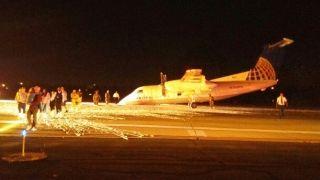 客机机头贴地降落火花四射 两名乘客受伤
