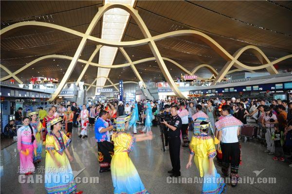 中国彝族文化大观园摄影书画展亮相昆明机场