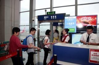 10月1日7时09分,搭乘3U8961从成都飞往上海的旅客开始登机 (摄影:高昂)