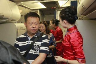 10月1日7时14分,旅客陆续登机 (摄影:高昂)