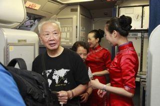 10月1日7时16分,旅客陆续登机 (摄影:高昂)